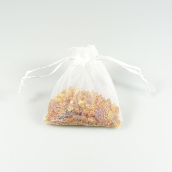 Sachet d'ambre naturel brut dans son sachet d'organza blanc